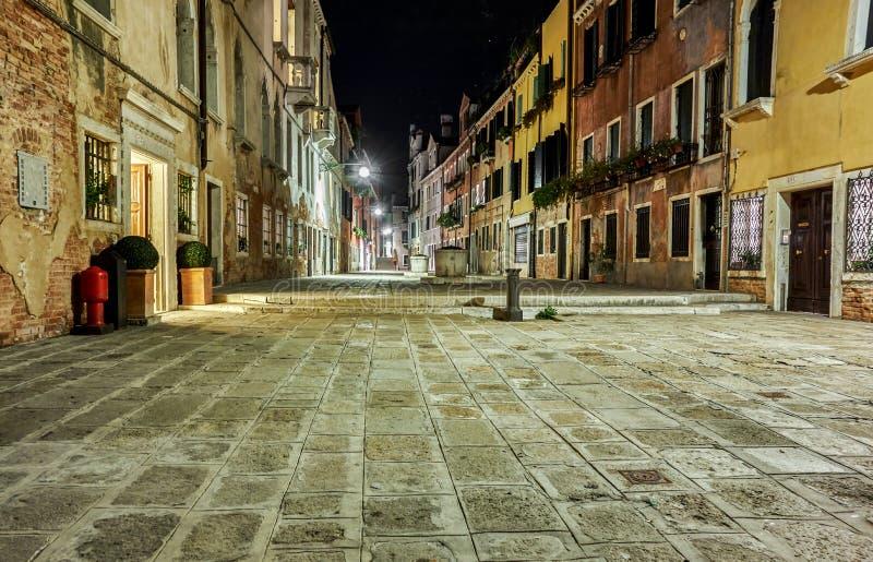 Pequeña plaza de Venecia en la noche imagenes de archivo