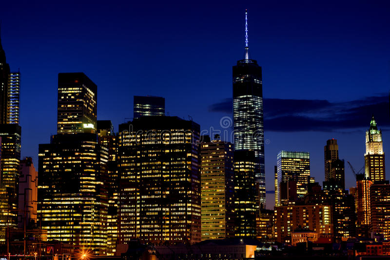 Pequeña porción del horizonte de Manhattan más baja en la noche imagen de archivo