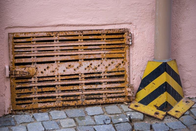 Pequeña portilla oxidada imagen de archivo libre de regalías
