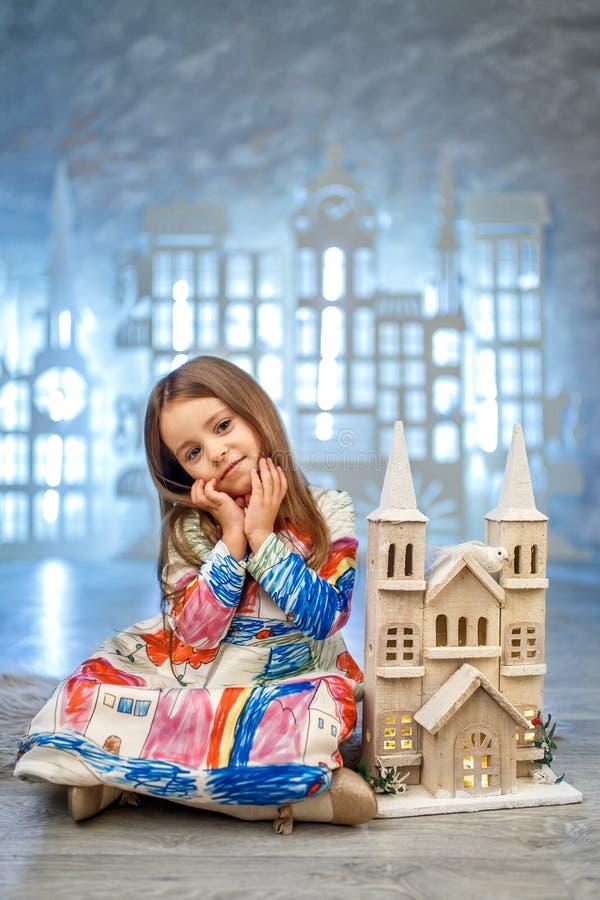 Pequeña princesa linda en la decoración del estudio del castillo del hielo foto de archivo libre de regalías