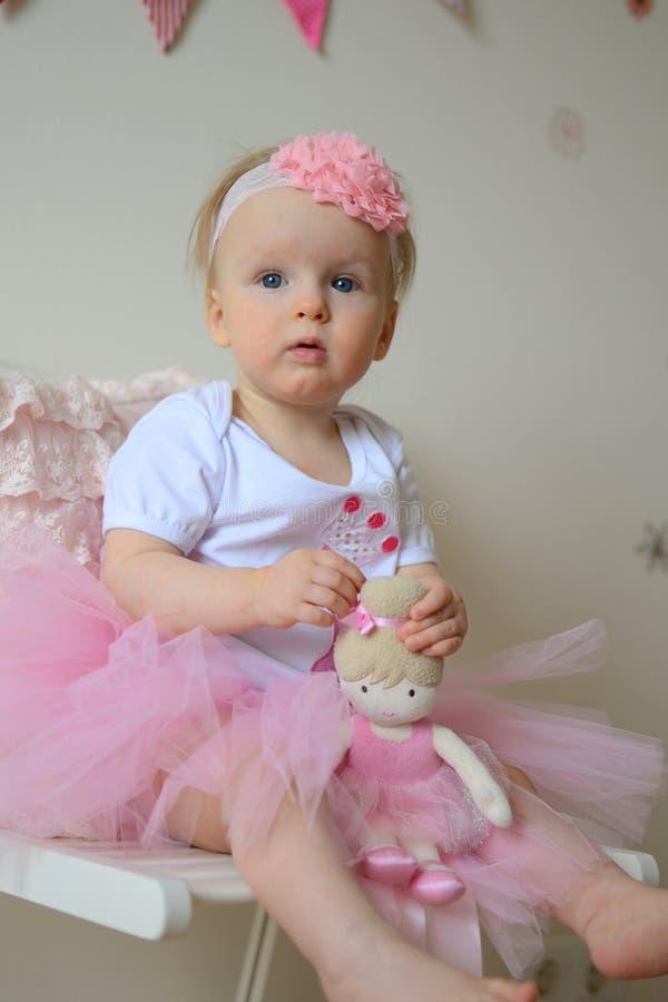 Pequeña princesa linda en la primera fiesta de cumpleaños fotografía de archivo