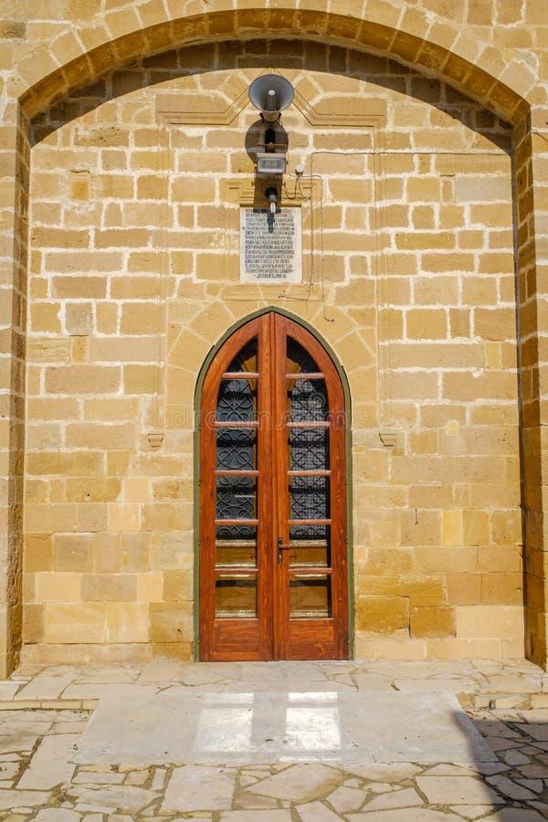 Pequeña puerta lateral en una iglesia foto de archivo