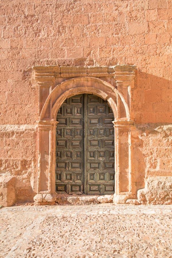 Pequeña puerta lateral exterior de la iglesia Santa Maria en Ayllon foto de archivo