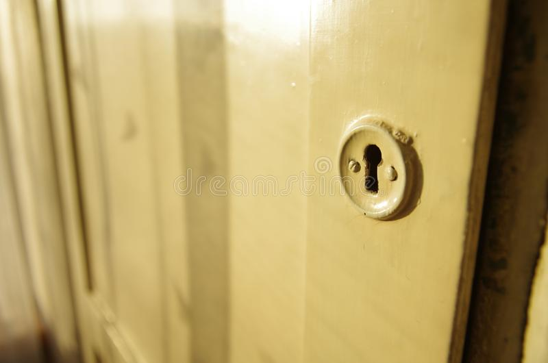 Pequeña puerta secreta al ático fotos de archivo
