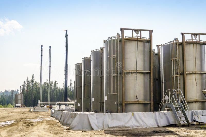 Pequeña refinería de petróleo al lado de la grande pradera, Alberta, Canadá foto de archivo libre de regalías
