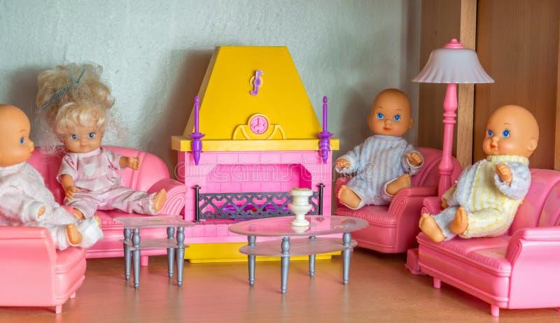 Pequeña sala de estar de la muñeca con las muñecas del kewpie imagen de archivo libre de regalías