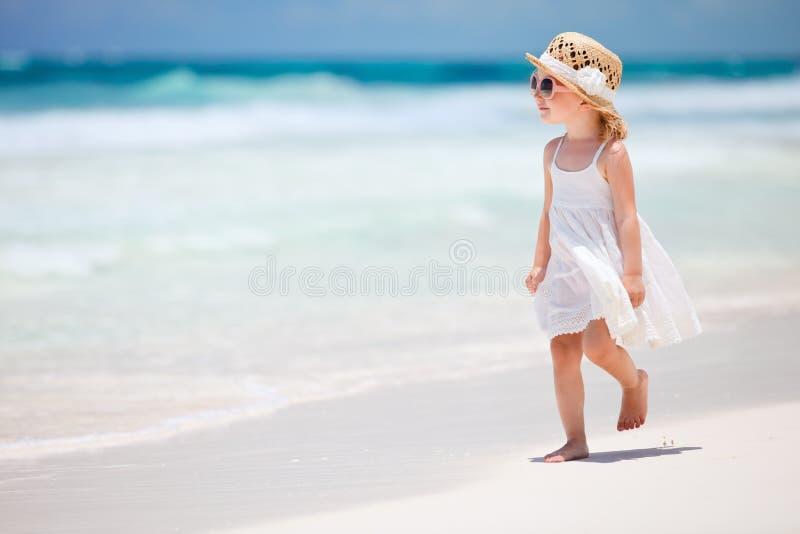 Pequeña señora en la playa fotografía de archivo libre de regalías