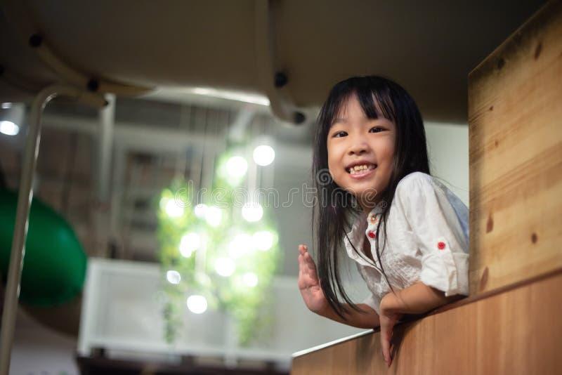 Pequeña sonrisa china asiática feliz de la muchacha fotos de archivo libres de regalías