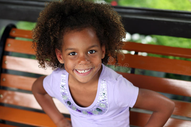 Pequeña sonrisa hermosa de la muchacha del african-american imágenes de archivo libres de regalías