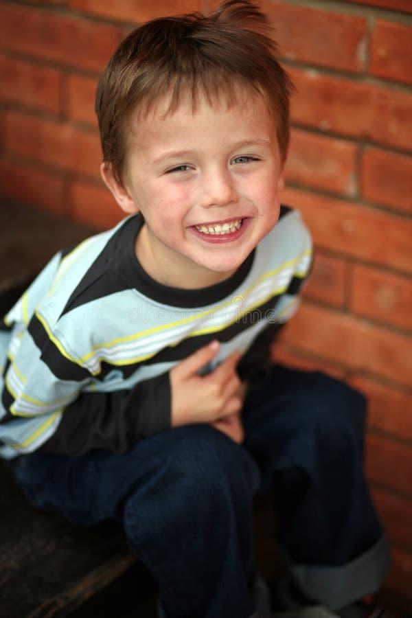 Pequeña sonrisa preescolar del muchacho imagenes de archivo
