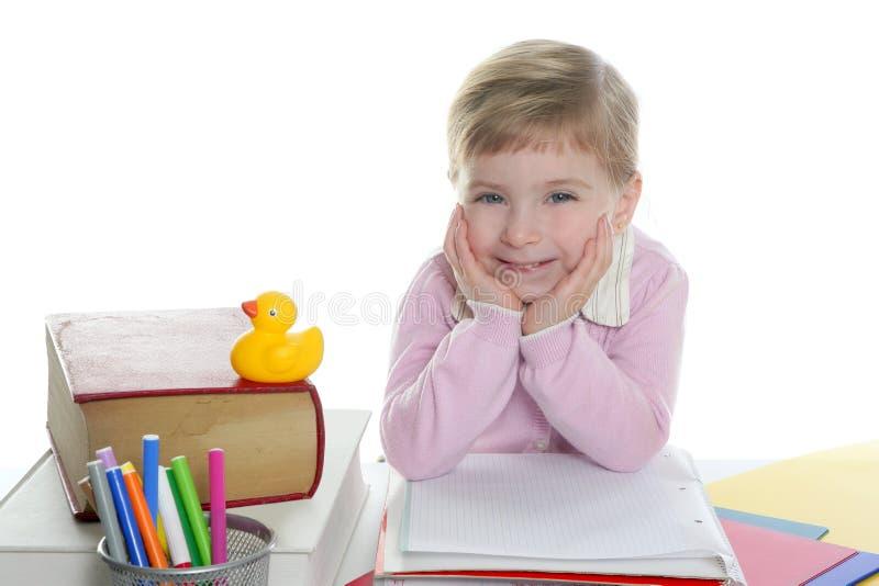 Pequeña sonrisa rubia de la muchacha del estudiante fotografía de archivo libre de regalías