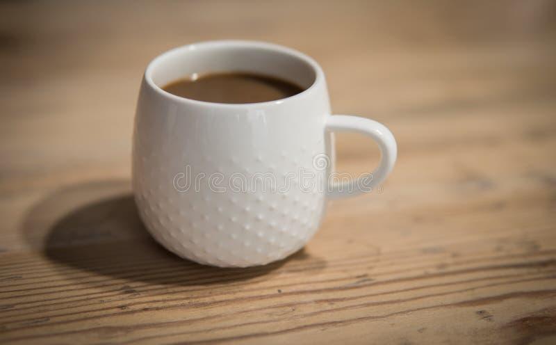 Pequeña taza de café blanca foto de archivo libre de regalías