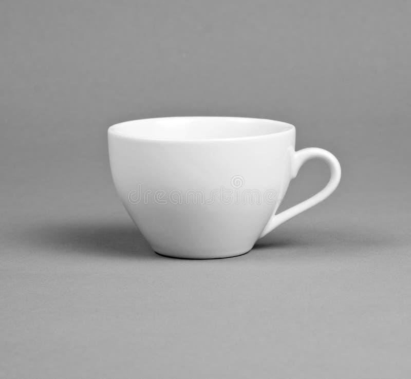 Peque a taza del caf con leche en un fondo gris foto de for Capacidad taza cafe con leche