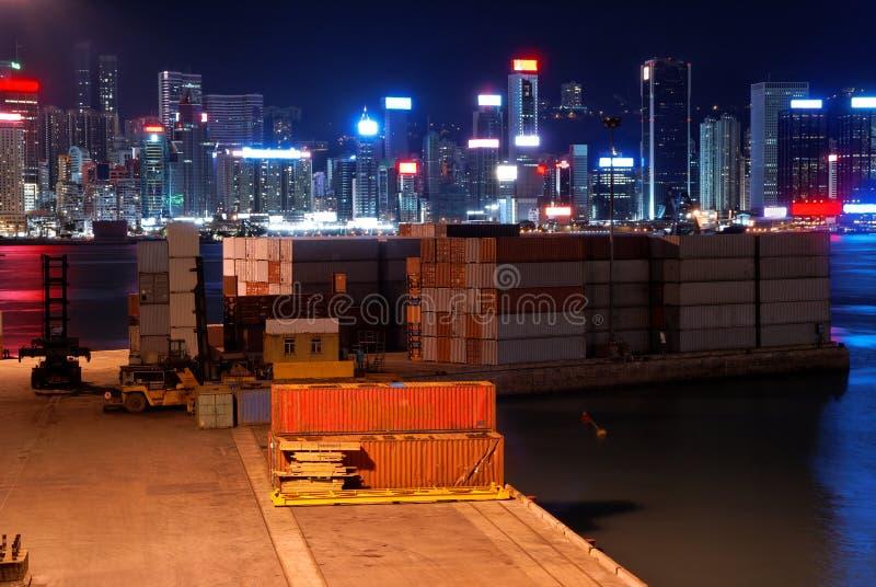 Pequeña terminal de la carga en Hong-Kong en la noche fotos de archivo