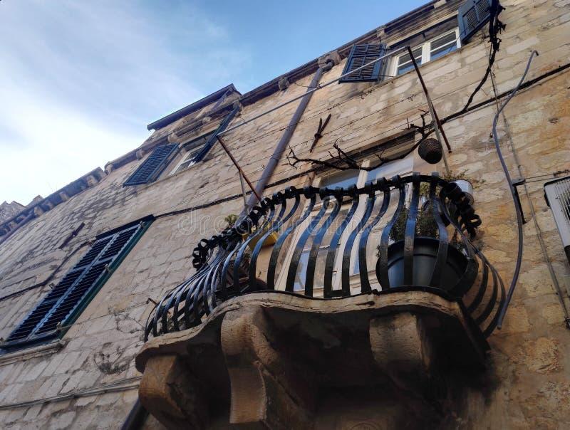 Pequeña terraza en la casa con la cerca estilizada del metal fotos de archivo libres de regalías