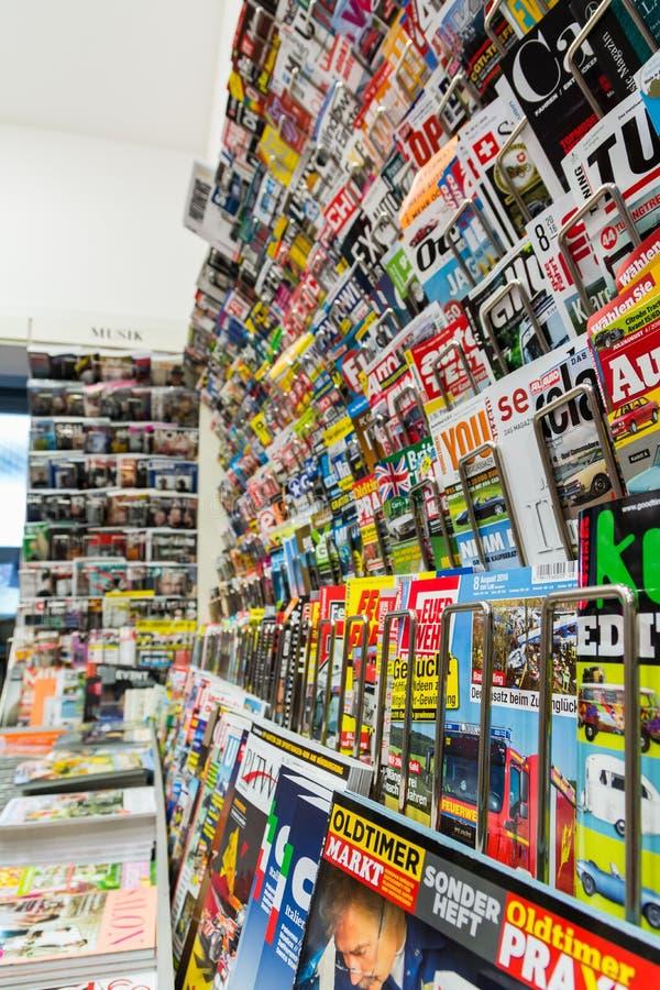 Pequeña tienda de la revista de las ventas alemanas de la pared fotografía de archivo