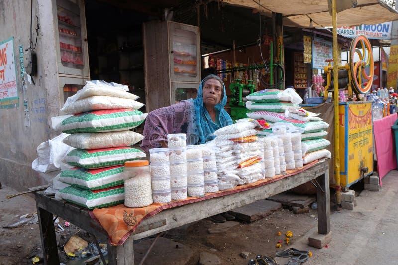 Pequeña tienda de ultramarinos de la calle que venden mucho el producto para la vida de cada día en Pushkar, la India fotografía de archivo