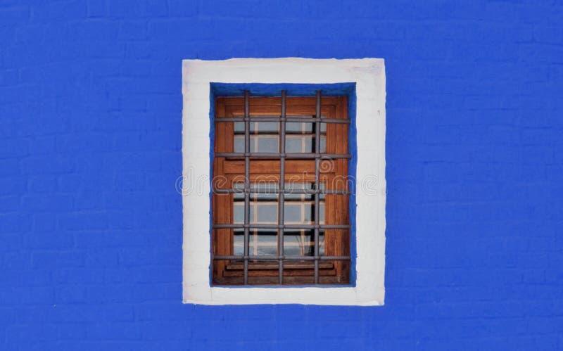 Pequeña ventana barrada imagenes de archivo