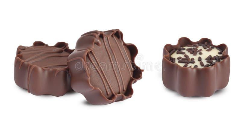 Pequeñas almendras garapiñadas del chocolate aisladas en blanco foto de archivo libre de regalías