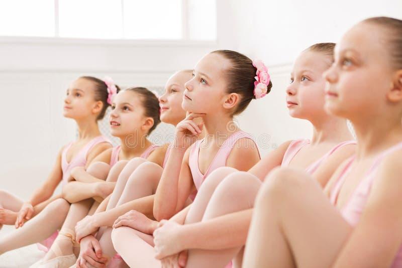 Pequeñas bailarinas en estudio del ballet foto de archivo