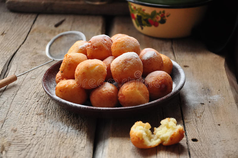 Pequeñas bolas de los buñuelos hechos en casa recientemente cocidos del requesón i imagen de archivo