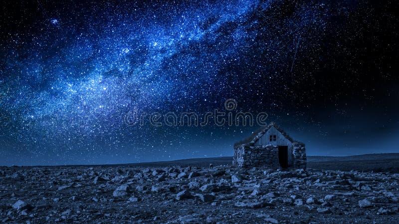 Pequeñas cabaña y vía láctea de piedra en la noche, Islandia fotos de archivo libres de regalías