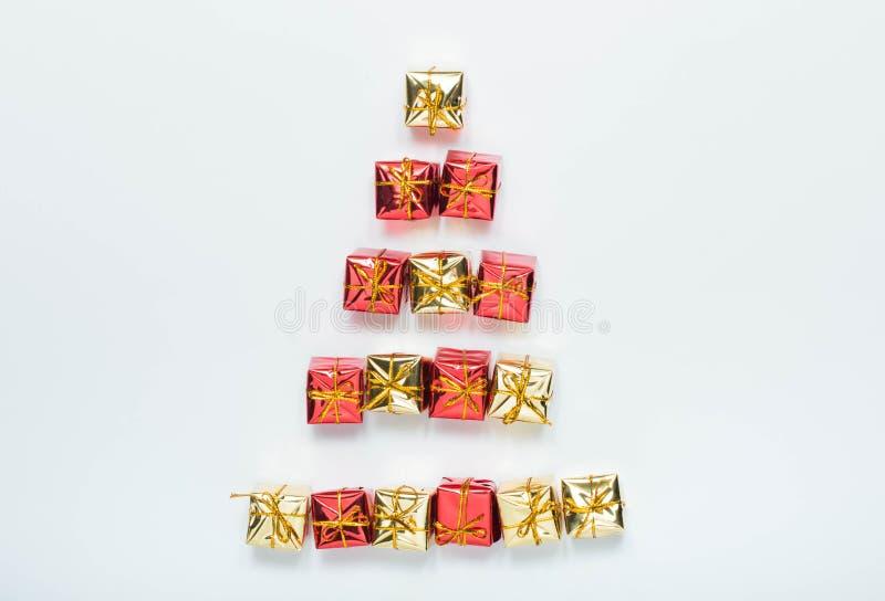 Pequeñas cajas de regalo brillantes de la Navidad en el fondo blanco imagenes de archivo