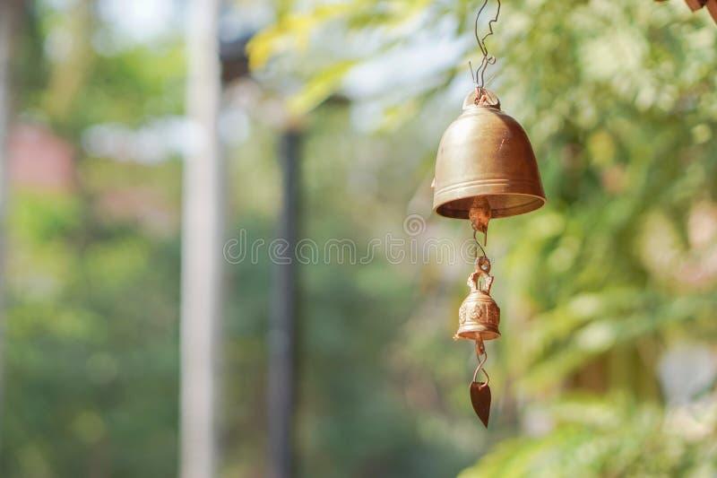 Pequeñas campanas de oro con el fondo borroso imágenes de archivo libres de regalías