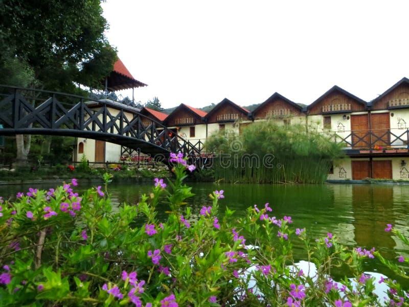 Pequeñas casas delante de un lago fotografía de archivo libre de regalías