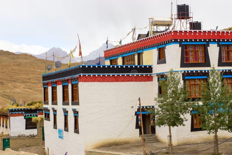 Pequeñas casas en el estilo tibetano alto en montañas foto de archivo libre de regalías