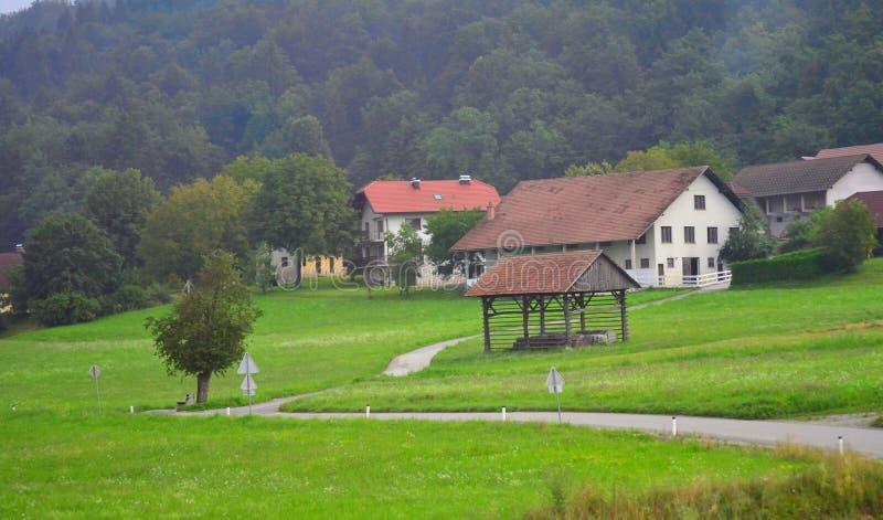 Pequeñas casas Eslovenia Europa del pueblo de montaña imagen de archivo libre de regalías