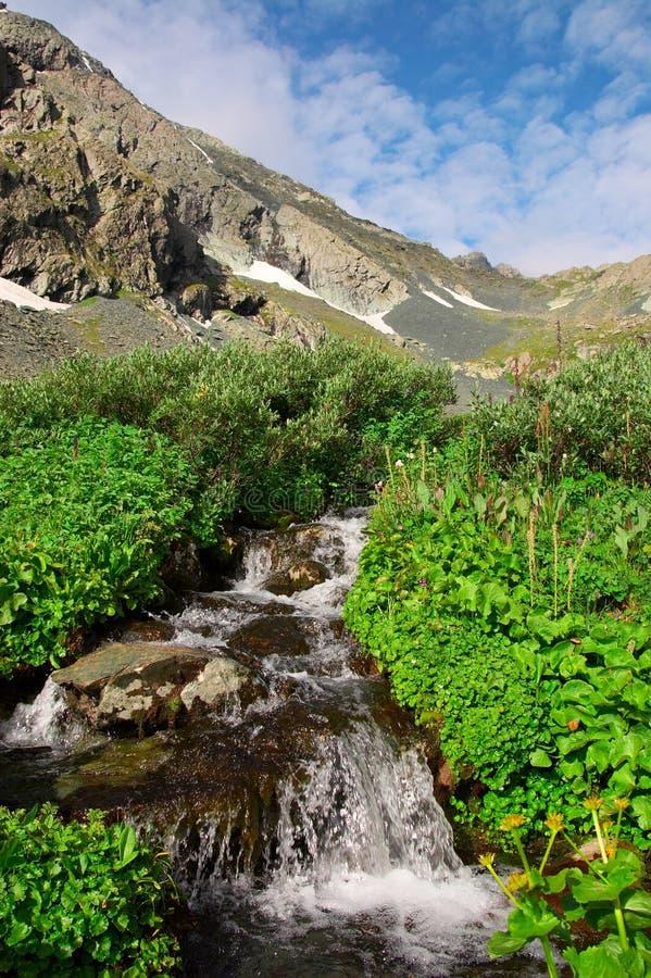 Pequeñas cascada y montaña. imagen de archivo libre de regalías