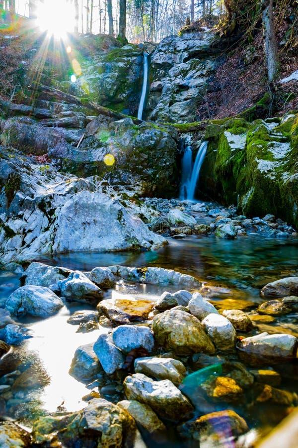 Pequeñas cascadas durante el invierno fotos de archivo