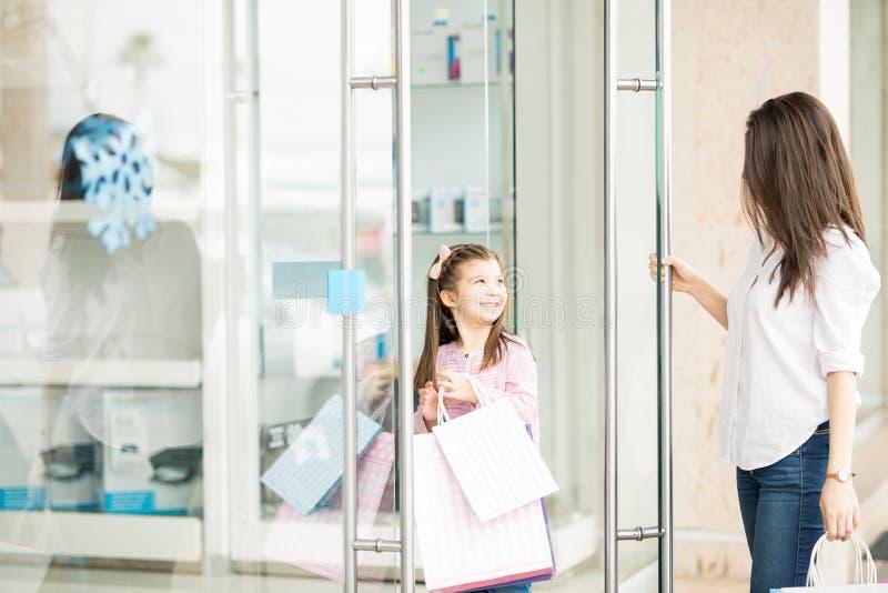 Pequeñas compras que hacen lindas con su madre imagen de archivo