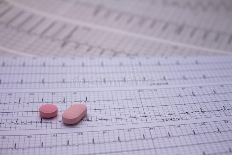 Pequeñas drogas para el uso legal en tiras de electrocardiogramas fotografía de archivo libre de regalías