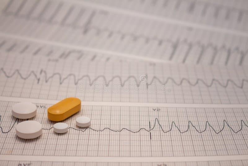 Pequeñas drogas para el uso legal en tiras de electrocardiogramas imagen de archivo