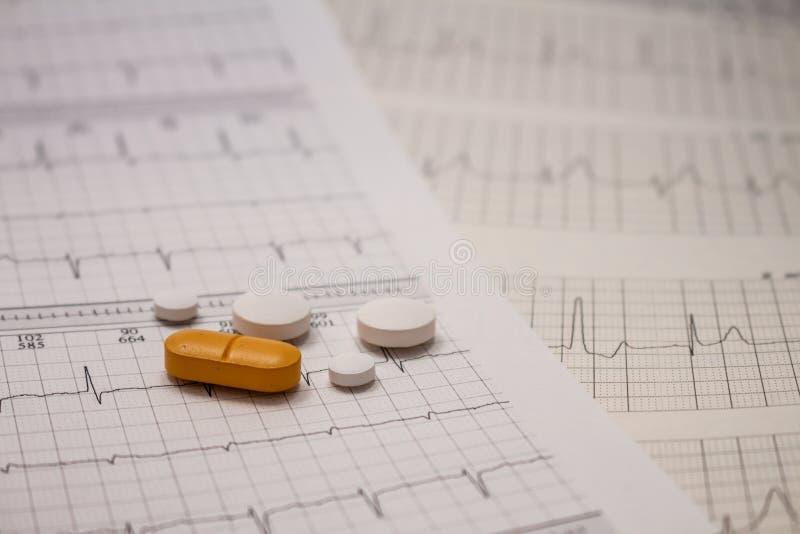 Pequeñas drogas para el uso legal en tiras de electrocardiogramas imagen de archivo libre de regalías