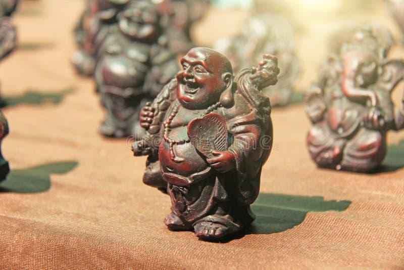 Pequeñas estatuillas de Buda, Ganesha, rana en el mercado de bazares en la India Regalo la India del recuerdo fotografía de archivo
