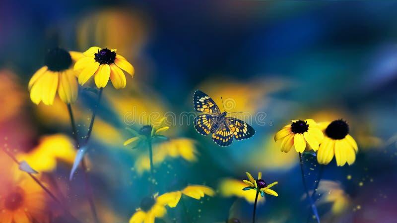 Pequeñas flores amarillas brillantes de verano y hermosa mariposa sobre un fondo azul, rosa y verde follaje en un jardín de hadas fotos de archivo