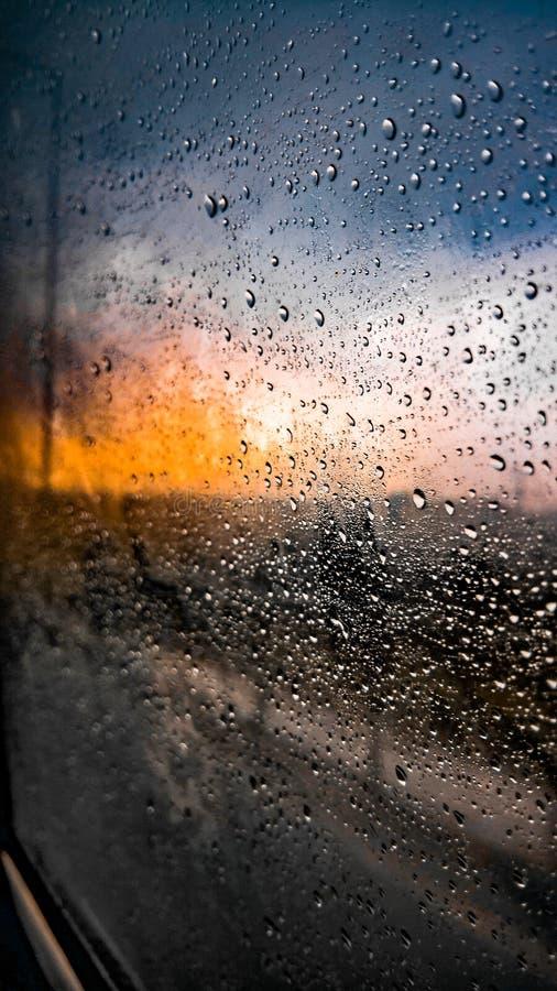 Pequeñas gotas de lluvia en una ventana de vidrio condensada del coche fotos de archivo libres de regalías