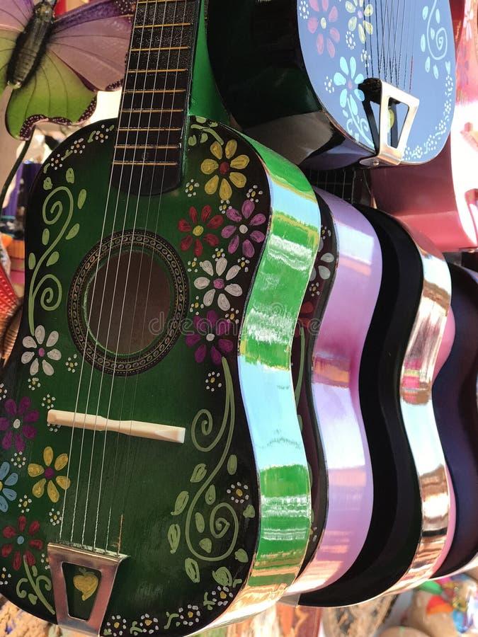 Pequeñas guitarras pintadas en la exhibición fotos de archivo libres de regalías