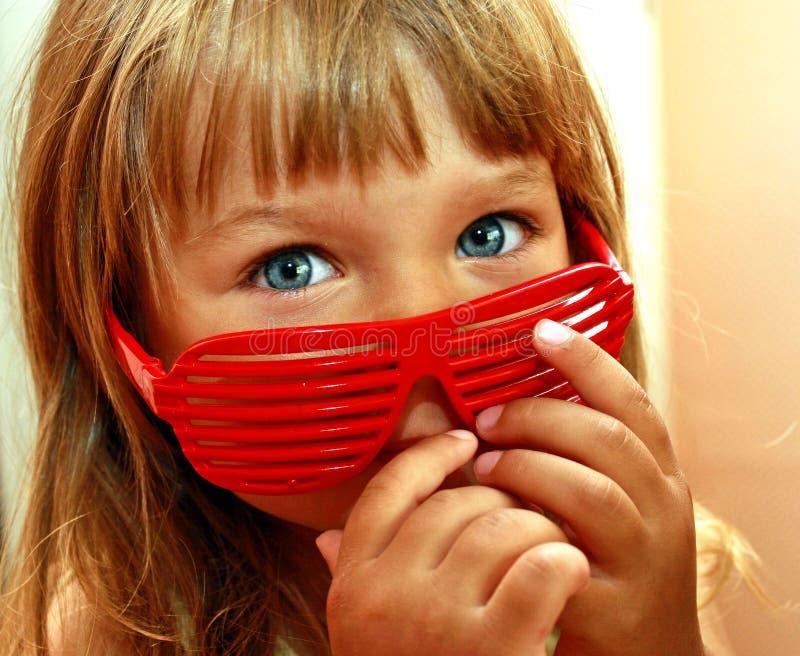 Pequeñas muchacha y gafas de sol fotografía de archivo