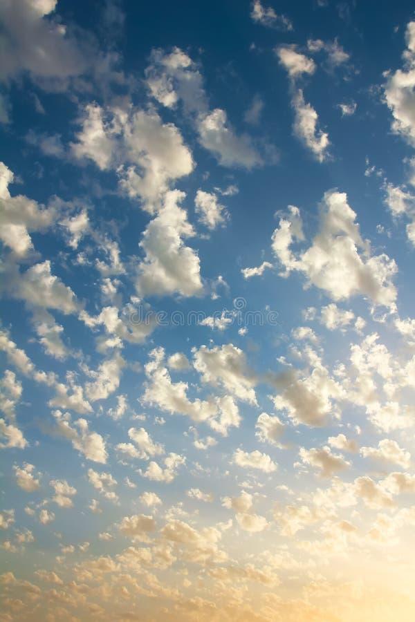 Pequeñas nubes agradables en el cielo fotos de archivo libres de regalías