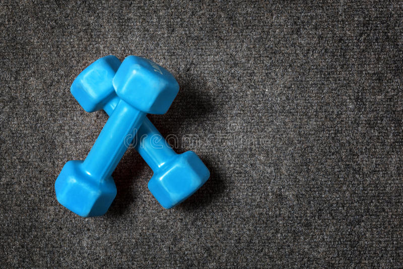 Pequeñas pesas de gimnasia en piso imágenes de archivo libres de regalías
