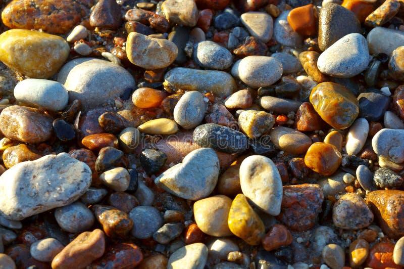Pequeñas piedras del mar, las piedras en la playa foto de archivo libre de regalías