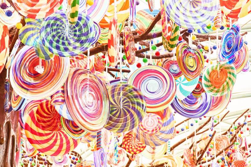Pequeñas piruletas coloreadas brillantes Primer imágenes de archivo libres de regalías