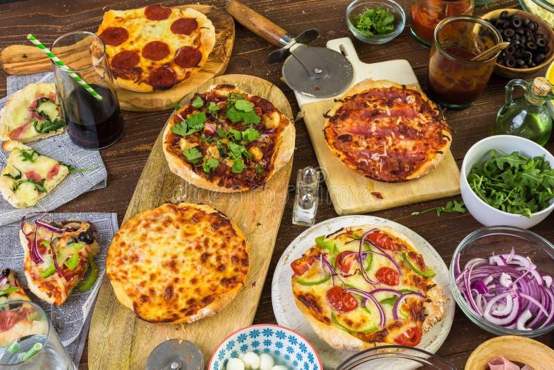 Pequeñas pizzas imagenes de archivo