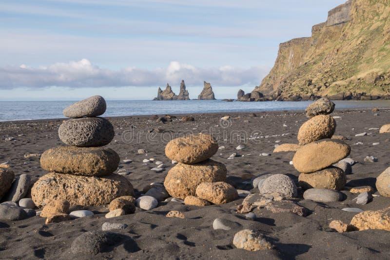 Pequeñas rocas volcánicas delante de Reynisdrangar, Islandia fotos de archivo