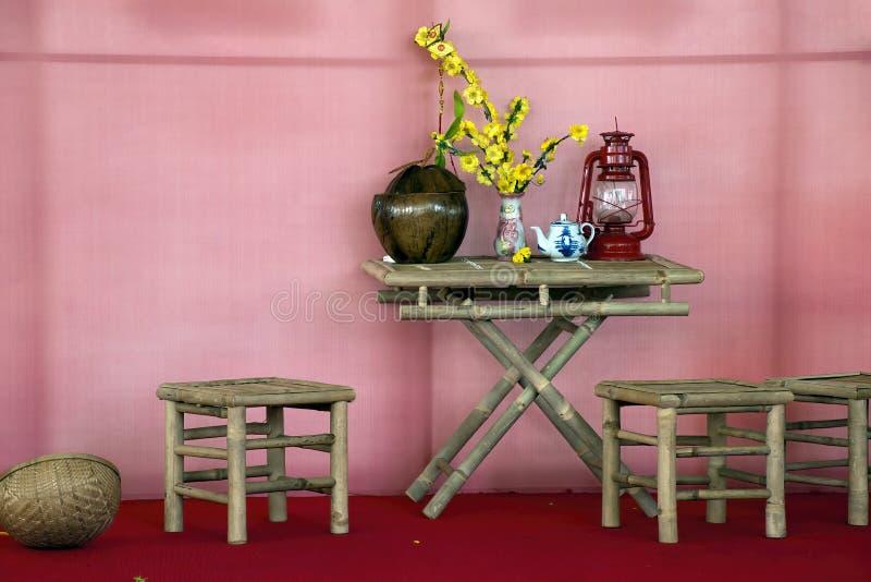 Pequeñas tabla y sillas en café Traducción: El vietnamita al inglés 'nos dejó celebrar fotografía de archivo libre de regalías