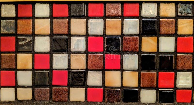 Pequeñas tejas de diversos materiales y colores ilustración del vector